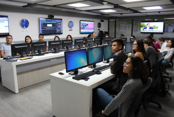 Estudiantes de Univalle, en Punto de Bolsa de Valores de la UAO
