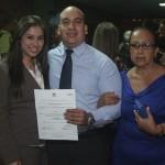 Estudiantes exaltados con el premio a la excelencia